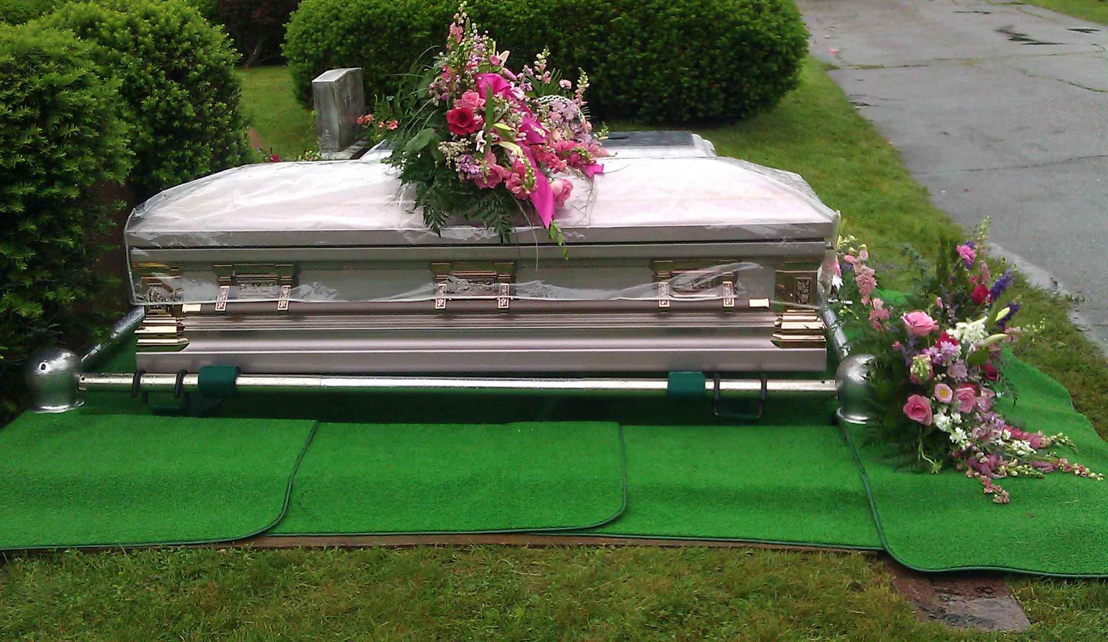 Este obligatoriu sa participi la inmormantare?